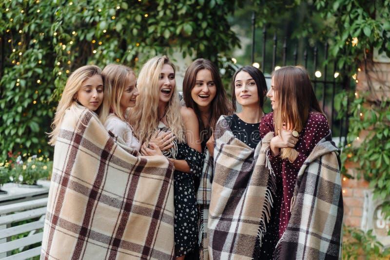 Seis muchachas en el parque imagen de archivo