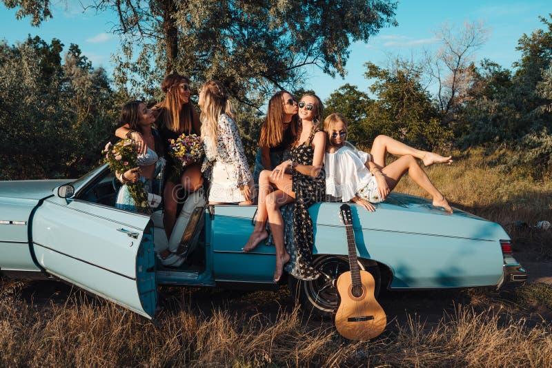 Seis muchachas se divierten en el campo imágenes de archivo libres de regalías