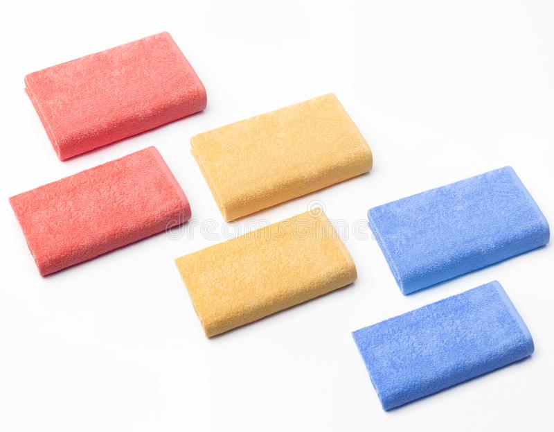 Seis opiniões superiores dobradas de toalhas vermelhas, amarelas e azuis imagens de stock royalty free