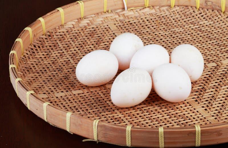 Ovos no basketry foto de stock royalty free