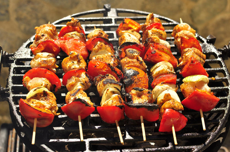 seis Skewers grelhados da carne no BBQ fotos de stock royalty free