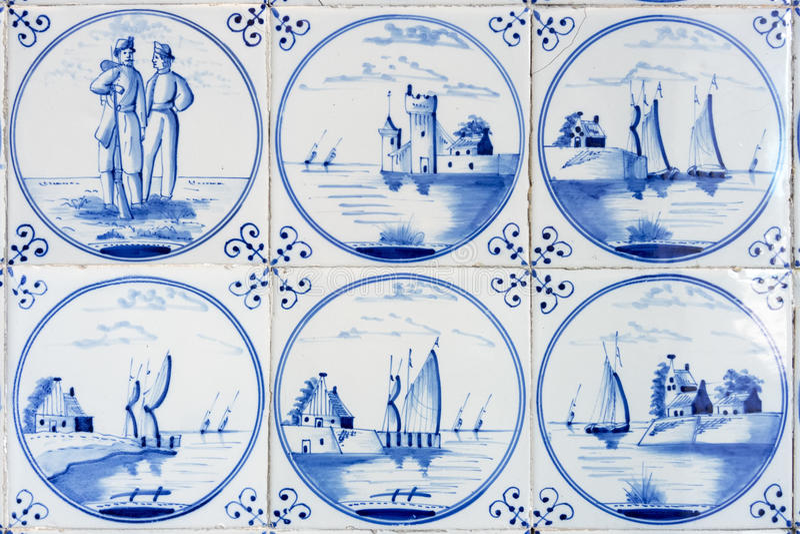 Seis telhas azuis típicas da louça de Delft fotografia de stock