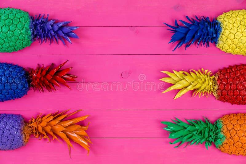 Seis tops brillantemente coloreados de la piña con las hojas imagen de archivo libre de regalías