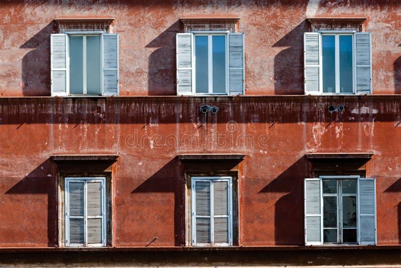 Seis ventanas de un edificio antiguo en Roma, Italia fotos de archivo
