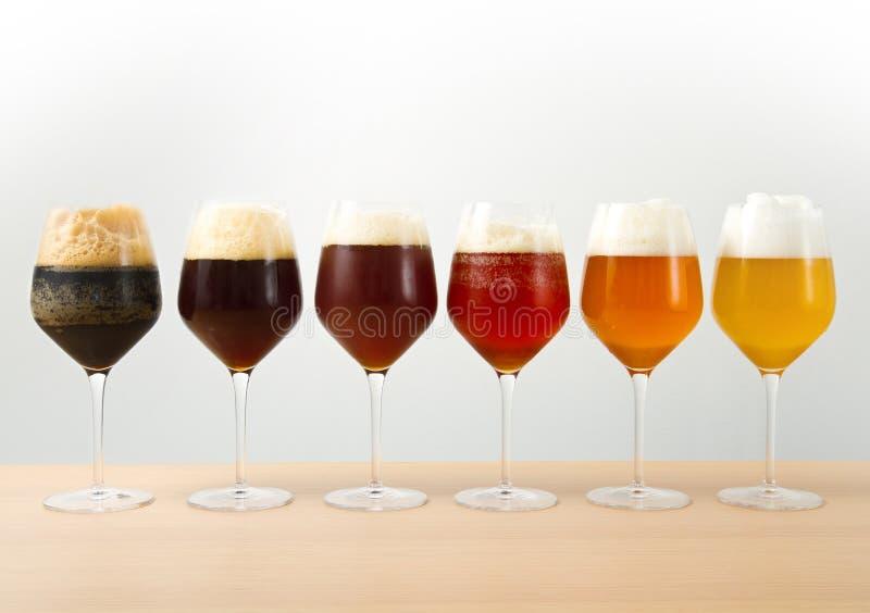 Seis vidros com cervejas diferentes fotos de stock