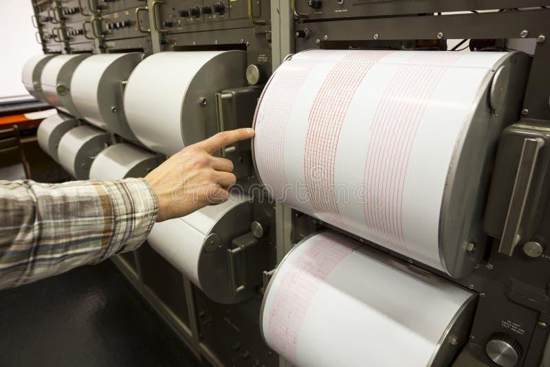 Seismograph ανθρώπινο χέρι σεισμού καταγραφής στοκ φωτογραφία με δικαίωμα ελεύθερης χρήσης