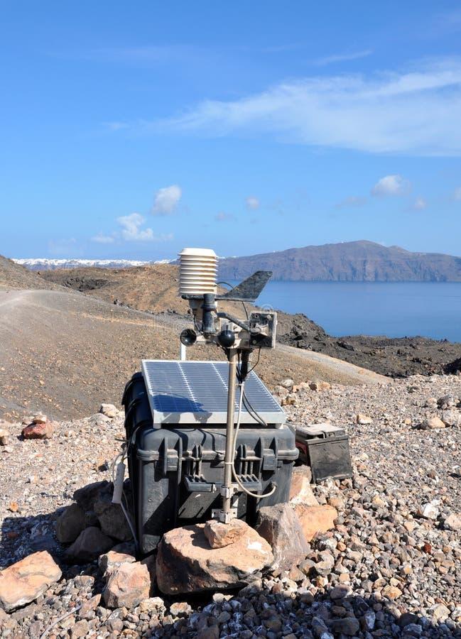 Seismograph auf Santorini-Kesselvulkan, Anwendung von Sonnenenergie stockfotografie