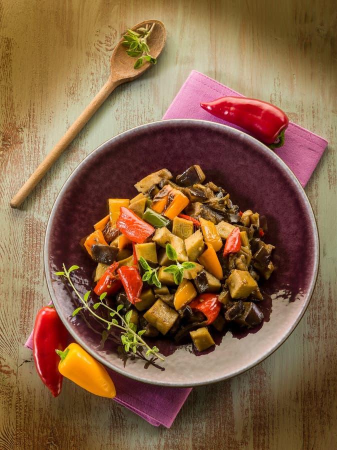 Seitan stew med aubergine royaltyfri bild