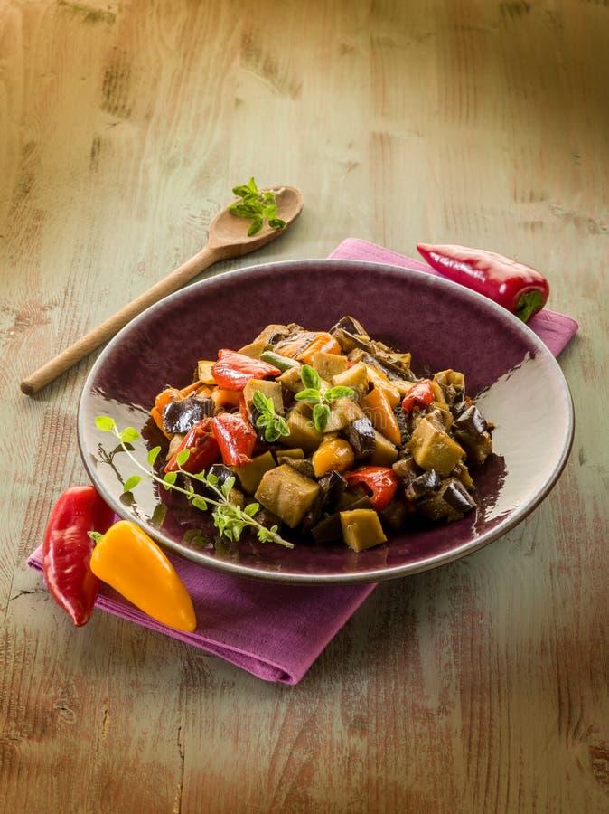 Seitan stew med aubergine royaltyfri foto