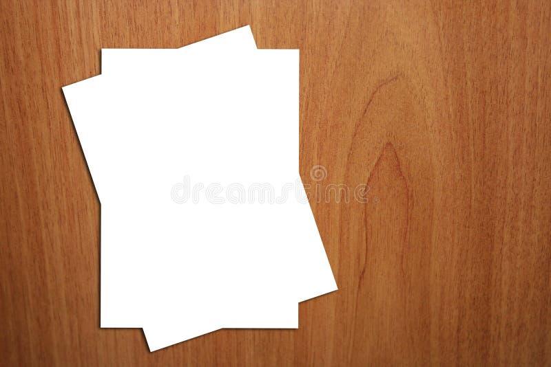Seite 2 weiße A4 auf hölzernem Hintergrund lizenzfreies stockfoto