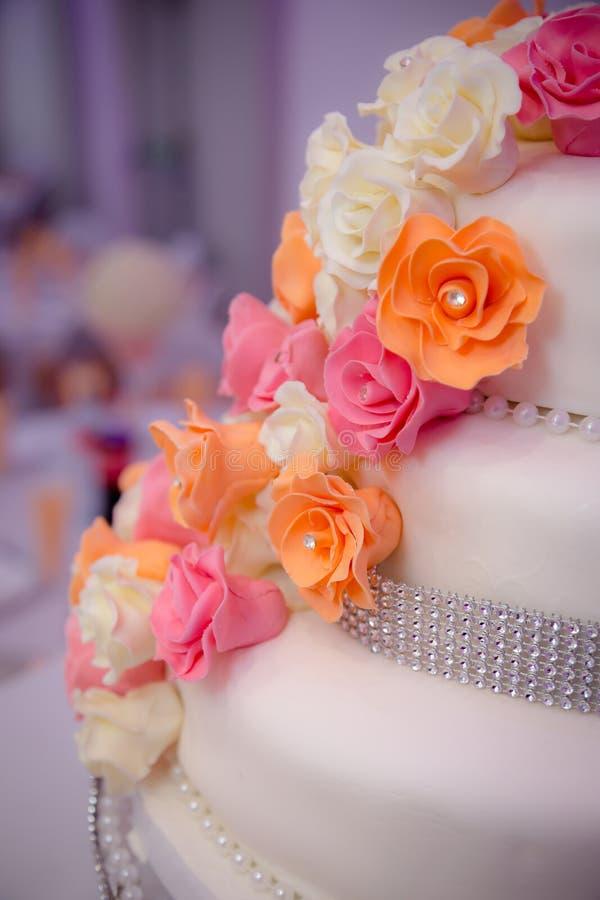 Seite der Hochzeitstorte stockbild