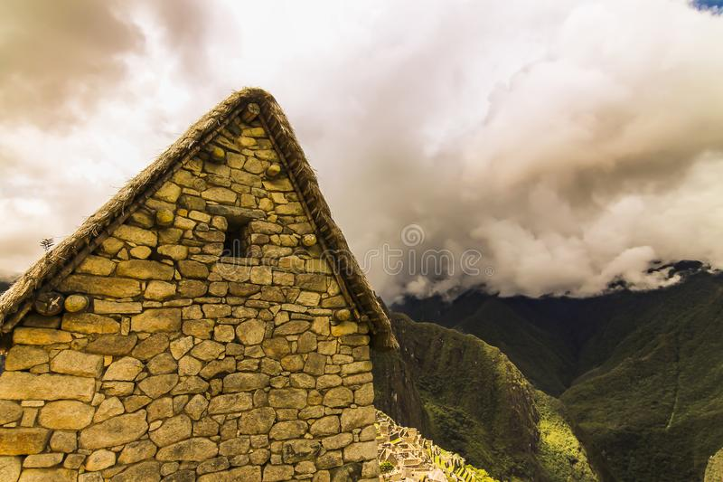 Seite eines Inkagebäudes mit trapezoidem Fenster in Machu Picchu lizenzfreie stockbilder