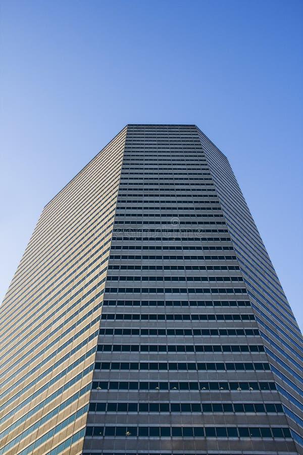 Seite eines Wolkenkratzergebäudes stockfotografie