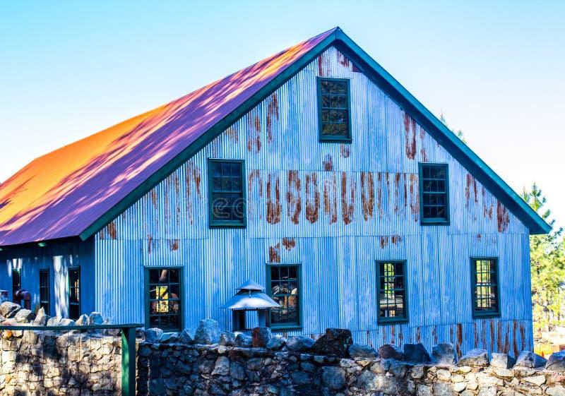 Seite von Rusty Building Once Used In-Bergwerksbetrieben stockfotos