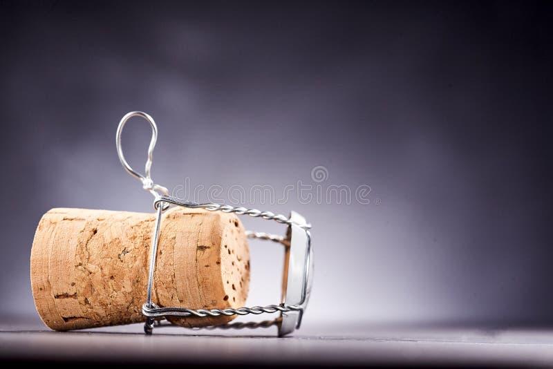 Seitenansicht über Korken mit Metallkappe stockfotos