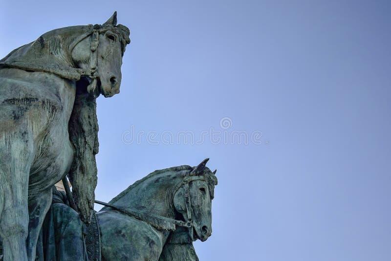 Seitenansicht über Statuenpferde der Häuptlinge der Ungarischen gegen einen blauen Himmel Fragment des Jahrtausend-Monuments auf  stockfotografie