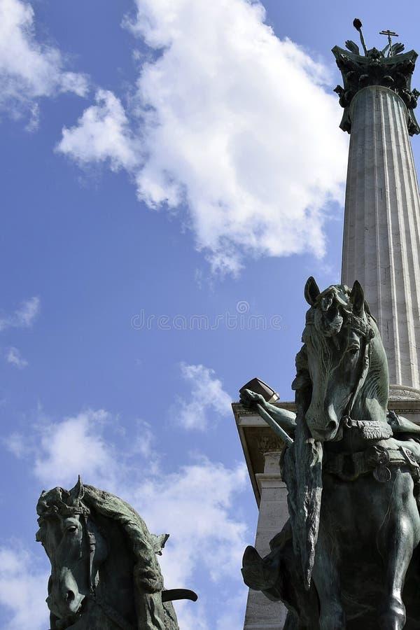 Seitenansicht über Statuenpferde der Häuptlinge der Ungarischen gegen einen blauen Himmel mit Wolken Fragment des Jahrtausend-Mon lizenzfreie stockfotografie