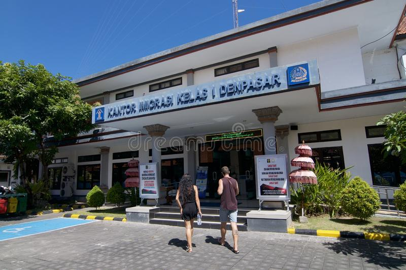 Seitenansicht der Einwanderungsbehörde von Denpasar in Bali, Indonesien stockfotos