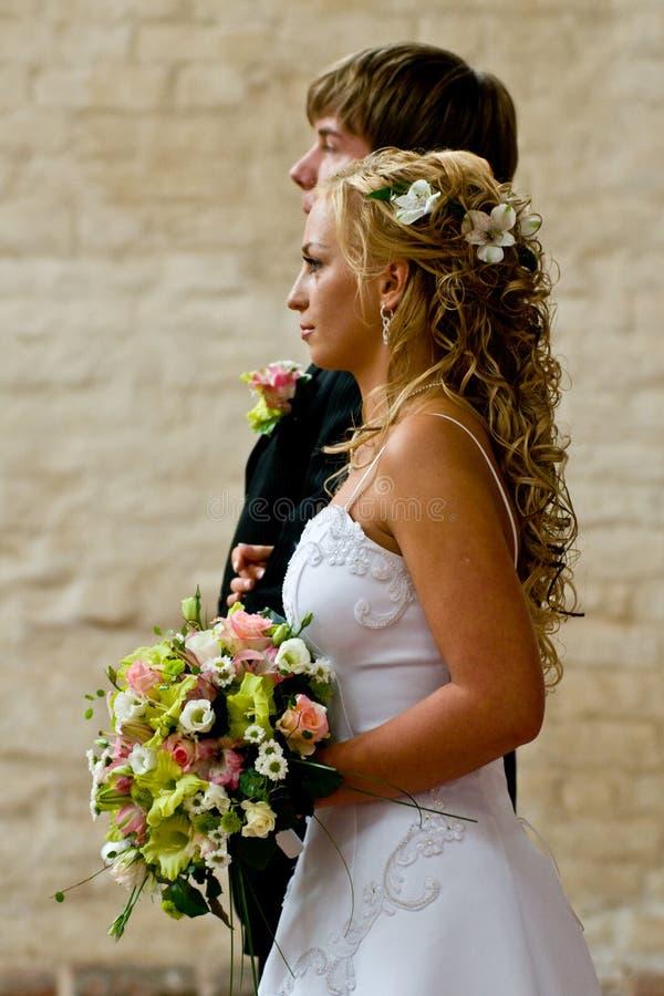 Seitenansicht der Jungvermähltenpaare stockfoto