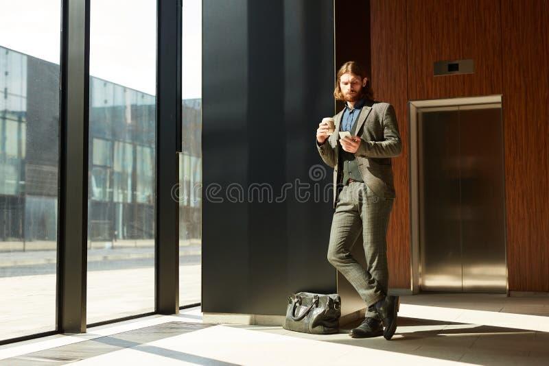 Seitenansicht der nachdenklichen Frau in voller L?nge mit Koffer, ?ber wei?em Hintergrund lizenzfreie stockbilder