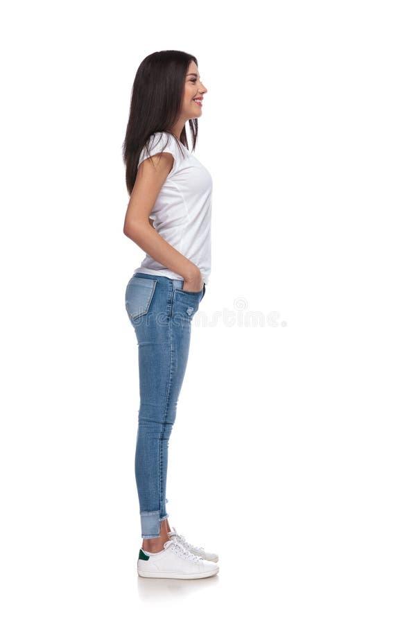 Seitenansicht der sexy Frau des Brunette, die in Linie wartet stockfoto