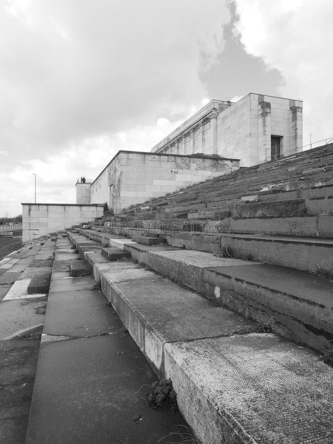 Seitenansicht an der verstorbenen Haupttribüne des ehemaligen Nazi Party-Sammlungsbodens stockfoto