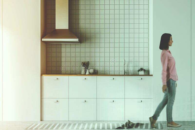 Seitenansicht der weißen Küche und des Esszimmers getont stockfotografie