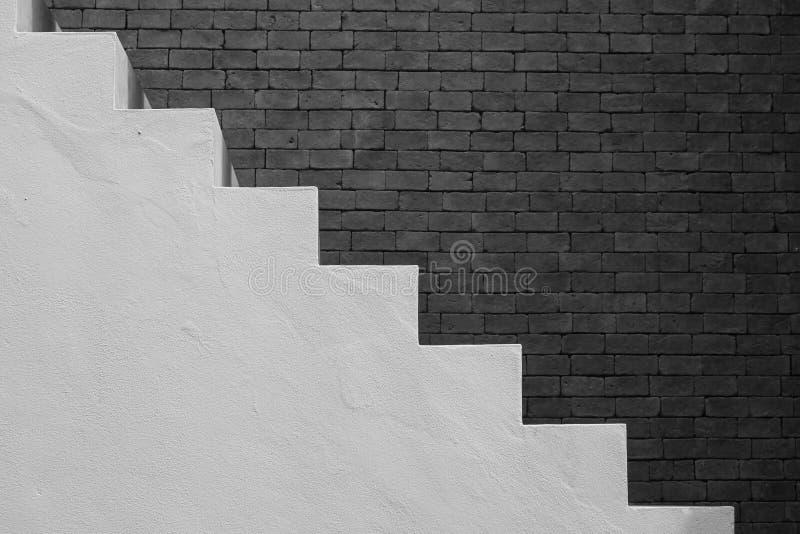 Seitenansicht der weißen leeren Treppe mit braunem Backsteinmauerhintergrund in der Weinleseart lizenzfreies stockfoto