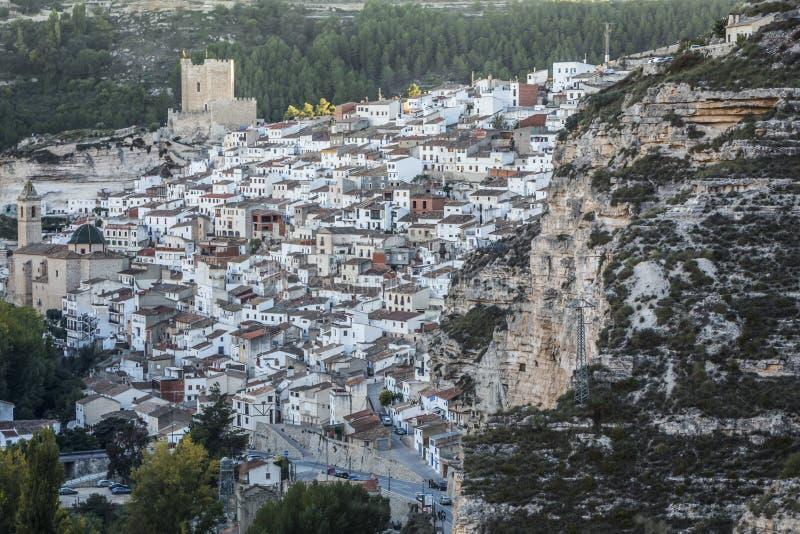 Seitenansicht des Dorfs, auf Kalksteinberg ist situat stockfotos