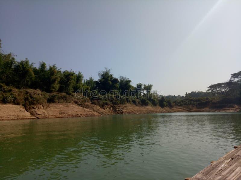 Seitenansicht des Flusses ehrfürchtig stockfoto