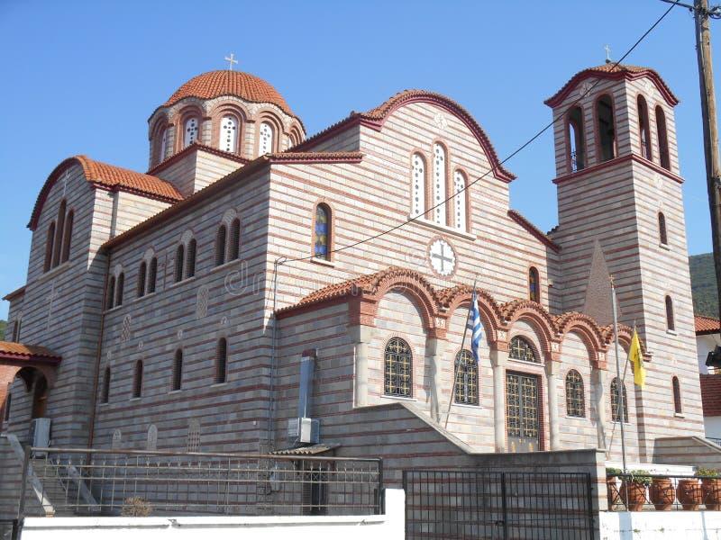 Seitenansicht des Fotos zu schönem orange und grauem Tempel Exaltation der heiligen und belebenden Querkirche in Stavros, Grieche lizenzfreie stockfotos