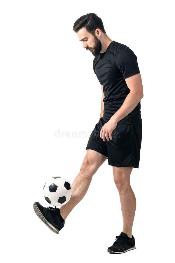 Seitenansicht des Freistilfußballs oder des jonglierenden Balls des futsal Spielers mit seinen Beinen lizenzfreies stockbild