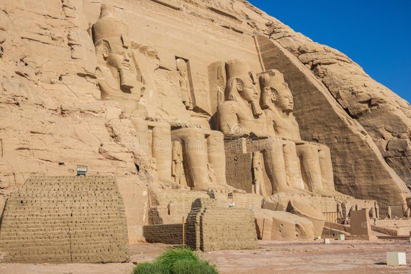 Seitenansicht des großen Tempels mit Ramesses II lizenzfreie stockbilder