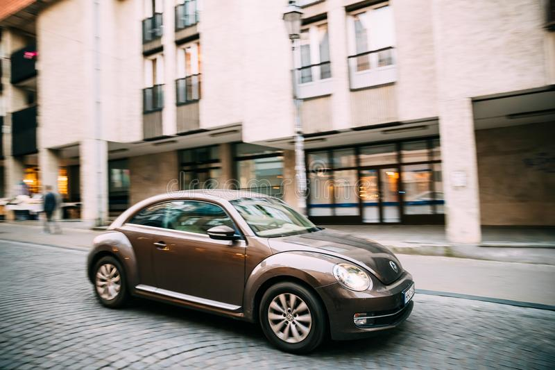 Seitenansicht des Hecktürmodell-Coupé-Autos Browns Volkswagen New Beetle herein lizenzfreie stockfotografie