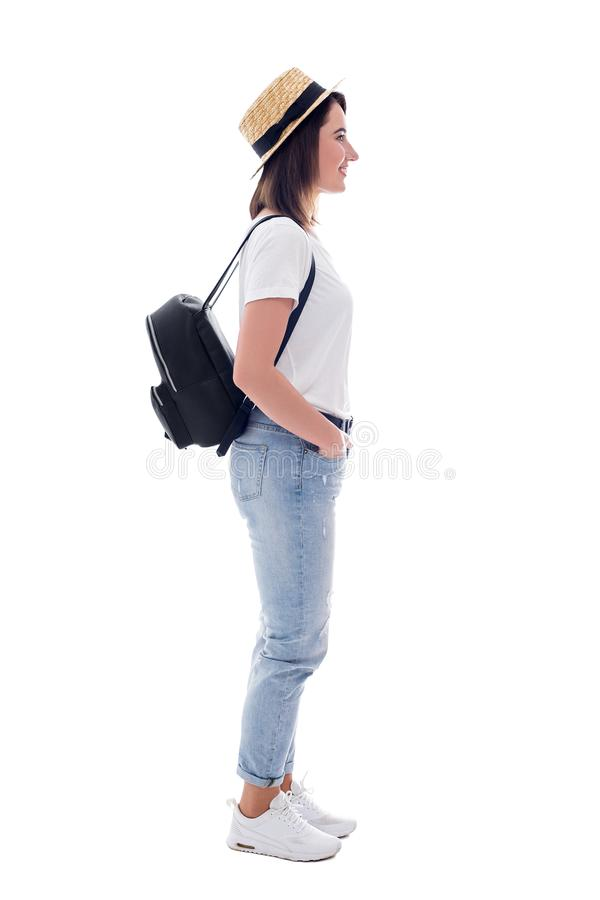 Seitenansicht des jungen Schönheitstouristen im Strohhut mit dem Rucksack lokalisiert auf Weiß lizenzfreie stockfotos