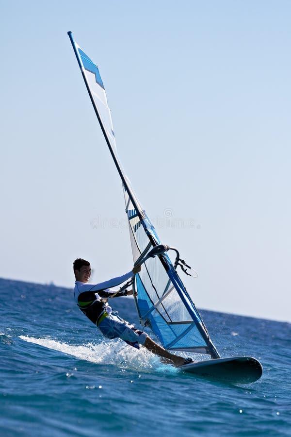 Seitenansicht des jungen Windsurfer stockfotos