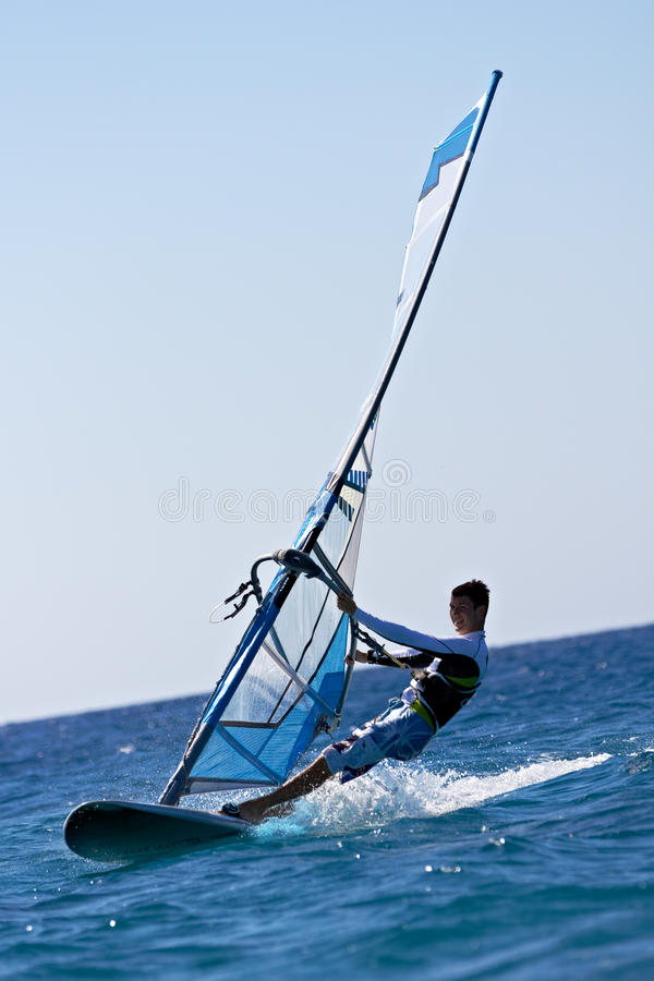 Seitenansicht des jungen Windsurfer lizenzfreie stockbilder