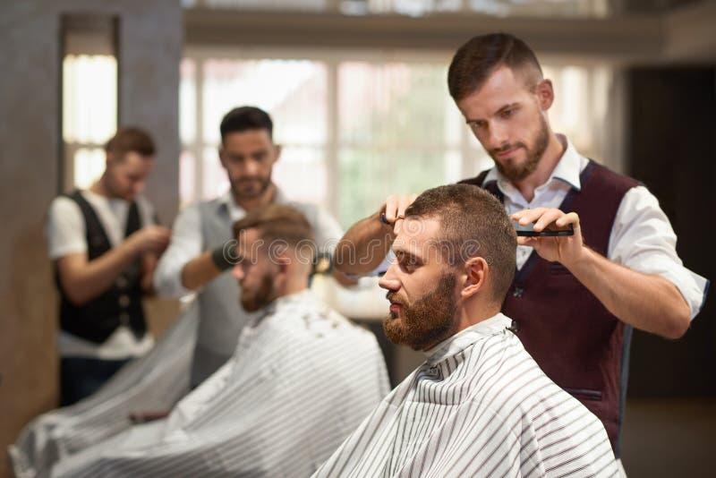 Seitenansicht des Prozesses von Hairstyling im Friseursalon lizenzfreies stockfoto