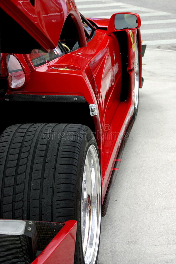 Seitenansicht des roten exotischen Rennwagens lizenzfreie stockfotografie