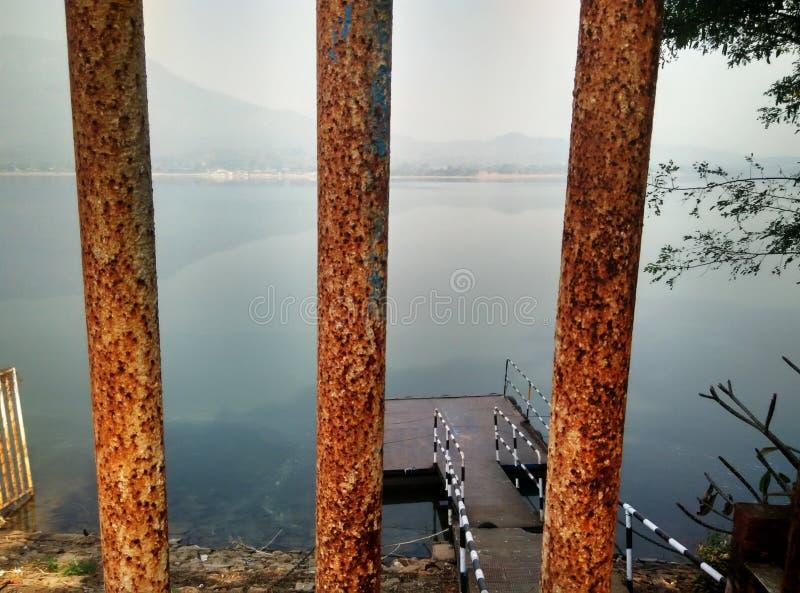 Seitenansicht des schönen Dimna Sees stockbilder