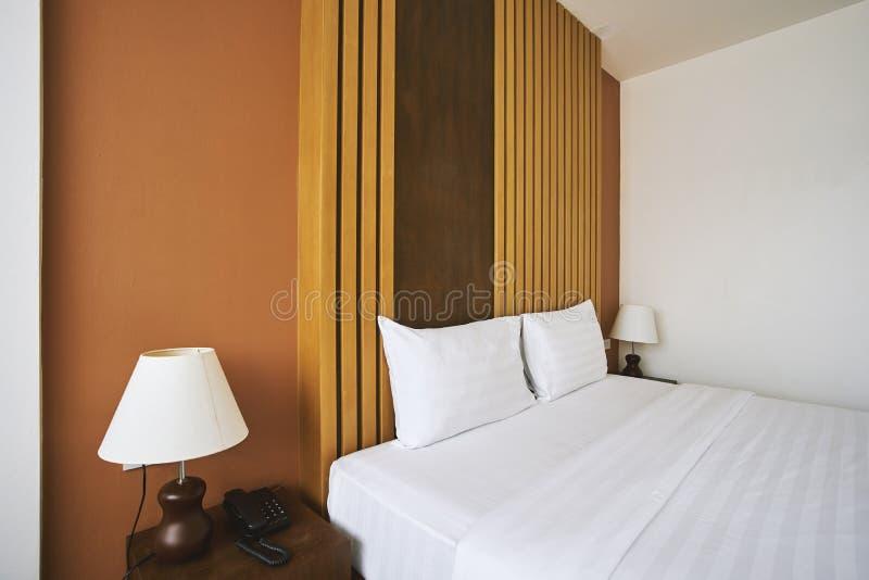 Seitenansicht des Schlafzimmerinnenausstattungsspotts oben mit Kissen für Hotelwohnung stockfotos