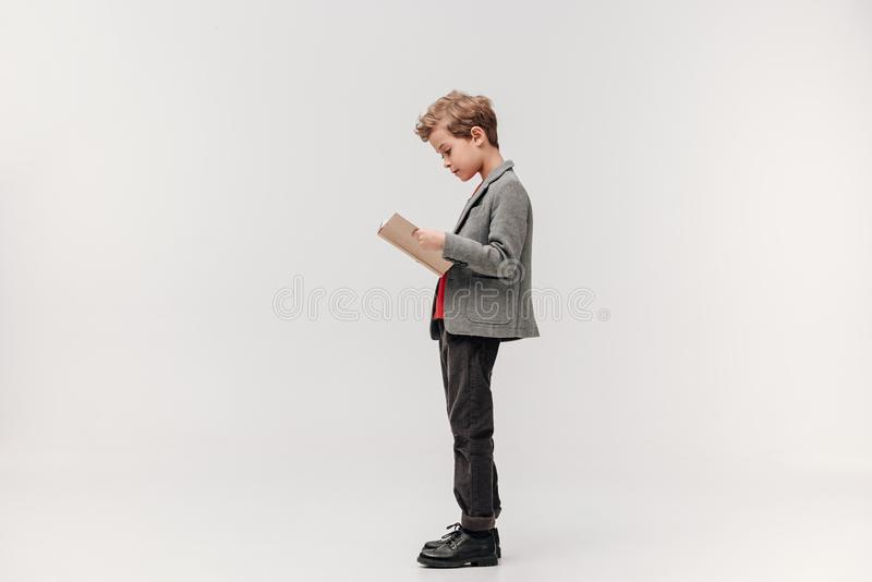 Seitenansicht des stilvollen kleinen Schülerlesebuches stockfoto