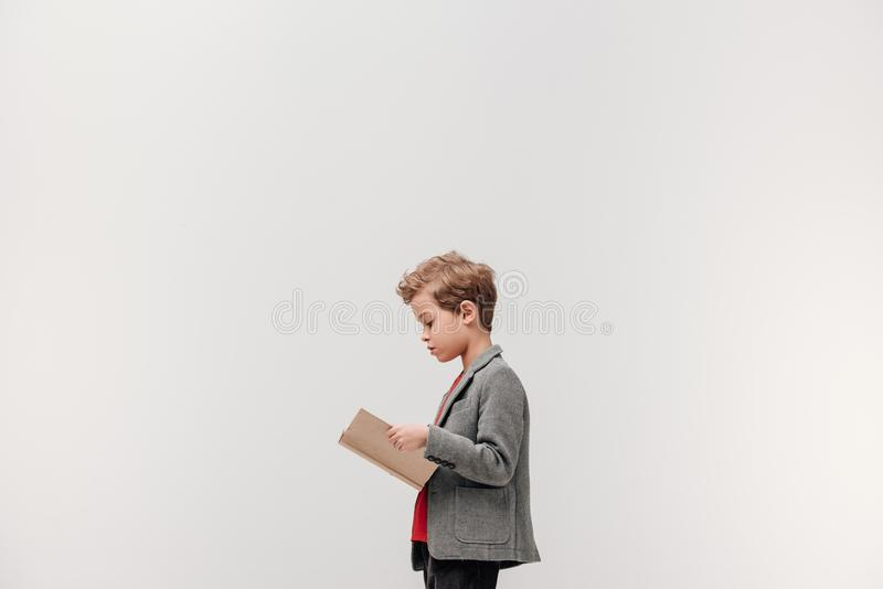 Seitenansicht des stilvollen kleinen Schülerlesebuches stockbild