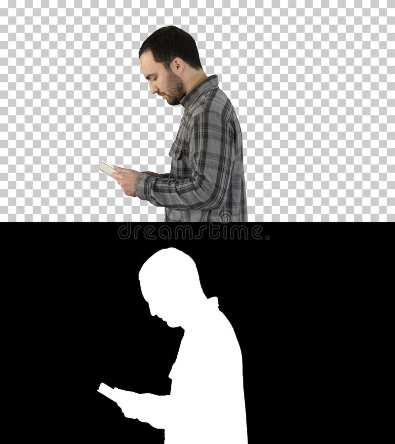 Seitenansicht des Tablet-Computers des Mannes unter Verwendung der digitalen Tablette, Alphakanal lizenzfreies stockbild