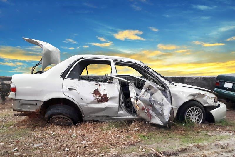 Seitenansicht des Unfallsautos stockbild