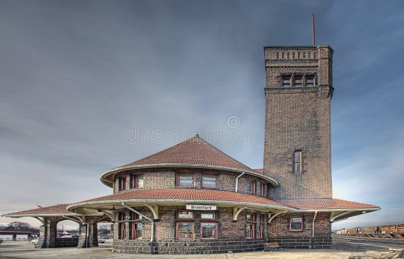 Seitenansicht einer alten Bahnstation lizenzfreie stockbilder