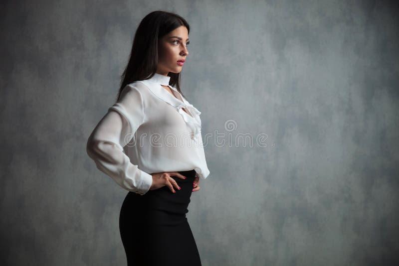 Seitenansicht einer jungen Geschäftsfrau lizenzfreie stockfotos