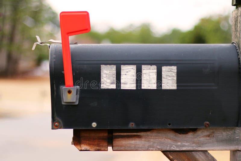 Seitenansicht eines Briefkastens mit der Flagge gehißt stockfotos