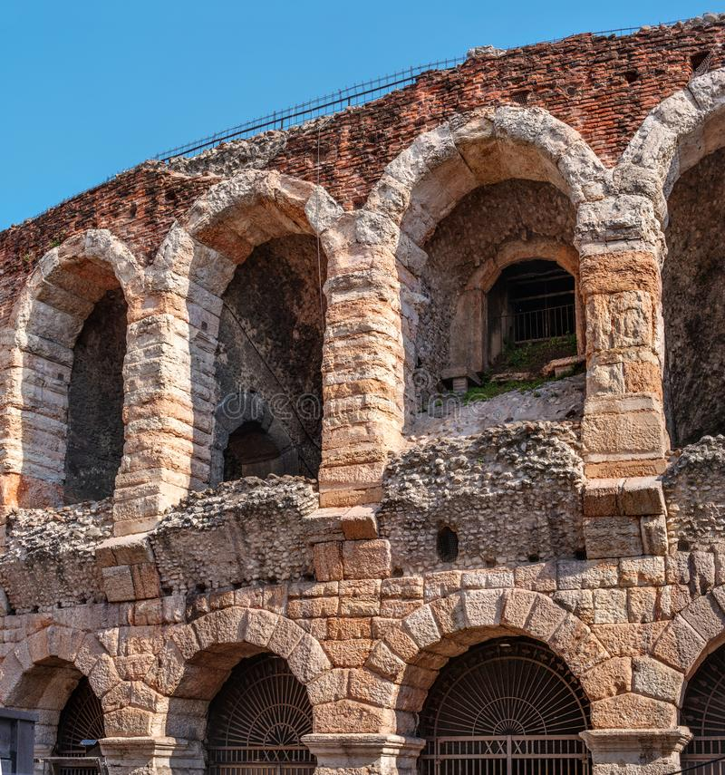 Seitenansicht von Bögen und Details von berühmten alten römischen Amphitheatre Arenadi Verona, Italien, Europa Das Amphitheater i stockfoto