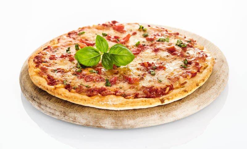 Seitenansicht von Margherita-Pizza auf Weiß stockfotos